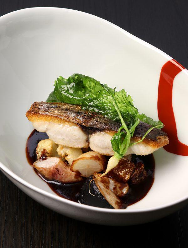 本日鮮魚の炙りと冬菜のソフリット 燻製子持ち昆布の赤ワインソース