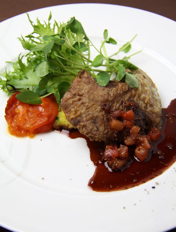 マグロの頬肉 酸味ある赤ワインソース  ¥2,200