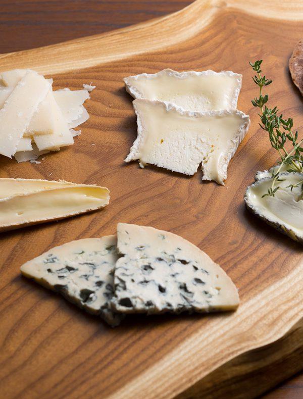 チーズ盛り合わせ 自家製赤ワインパン添え<br /> 3種 ¥2,000<br /> 5種 ¥3,000