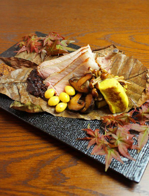 骨付神戸ポークの朴葉焼き ¥2,900