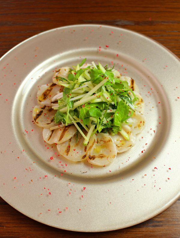 帆立貝の炙りカルパッチョ 林檎とセロリのサルサ ¥2,000