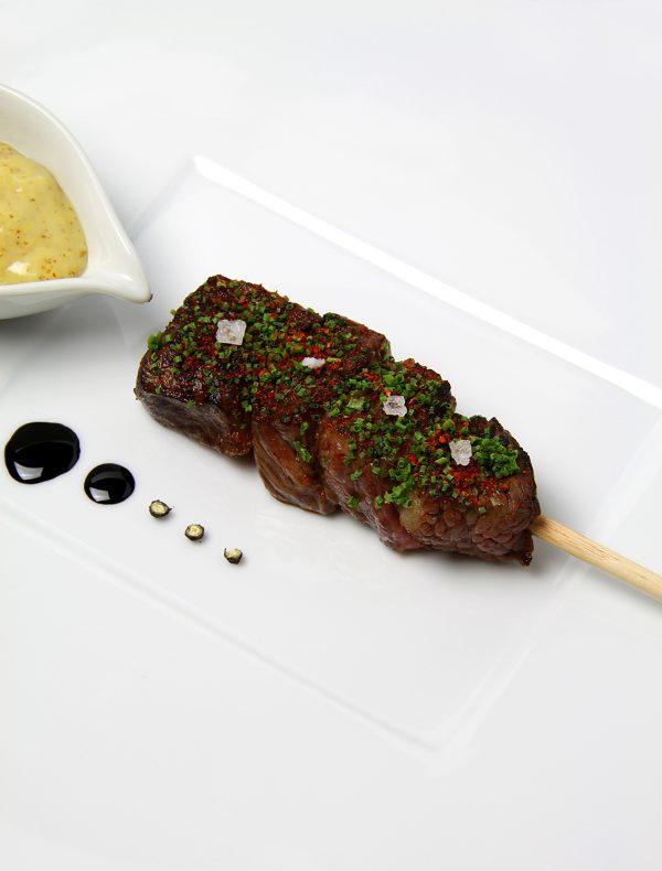 黒毛和牛ロースの炭焼きブロシェット、スモークマスタードソース ¥2,500