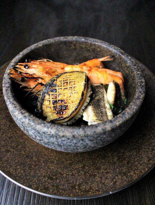 【定番の石鍋】蝦夷鮑と鮮魚の石焼 焦がしバター醤油の薫り ¥3,950